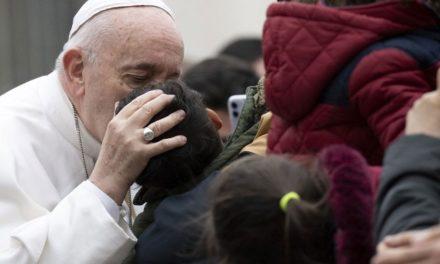 Papa manifesta solidariedade às vítimas do coronavírus e aos profissionais da saúde