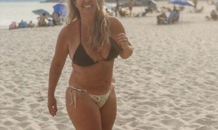 """Aos 46, Andréa Sorvetão posa de biquíni na praia: """"Temos que nos amar"""""""