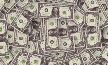 Dólar opera em alta e bate R$ 4,40 pela 1ª vez na história