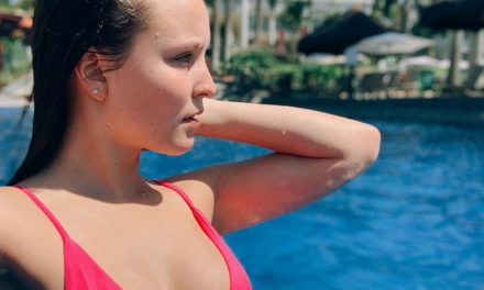 Larissa Manoela exibe seios fartos enquanto curte funk na piscina