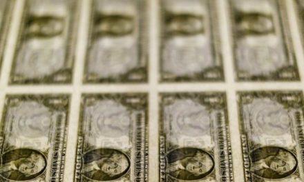 Dólar supera R$4,63 com exterior e cenário para juros; moeda salta 15,4% no ano