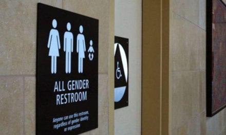 Escola fecha banheiro transgênero após caso de abuso sexual