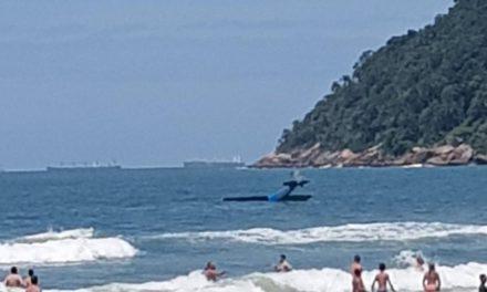 Avião de pequeno porte permanece há mais de uma semana no mar após acidente em Guarujá