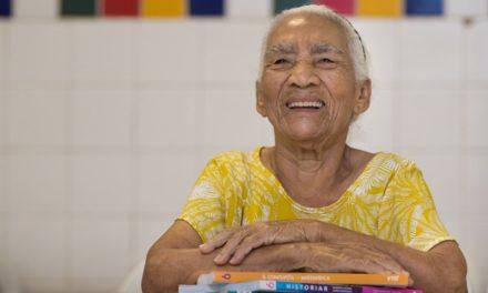 Cearense inicia estudos aos 83 anos, após vida de proibições pelo marido