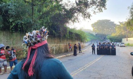 PM acompanha reintegração de posse em área de mata nativa em SP ocupada por indígenas