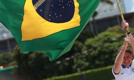 Bolsonaro ignora vírus e vai a ato contra Congresso