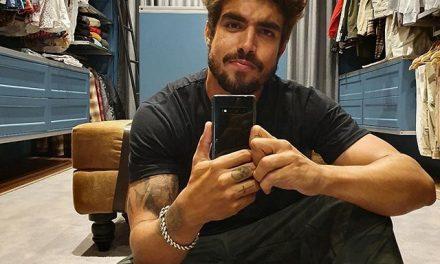 """Caio Castro revela ter beijado atriz com bafo: """"aroma estranho"""""""