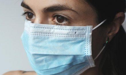 Fábricas de lingerie agora fazem máscaras contra o coronavírus