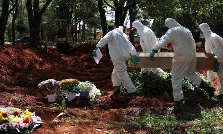 No maior cemitério do Brasil, coveiros sentem o peso do coronavírus
