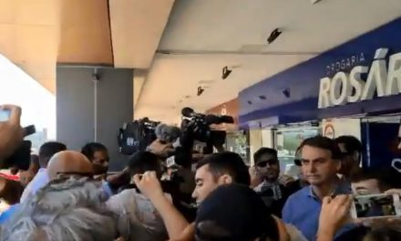 Bolsonaro esfrega o nariz e cumprimenta idosa durante passeio por Brasília
