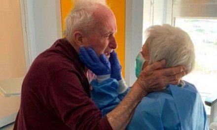Casal de idosos vence o coronavírus e reencontro viraliza