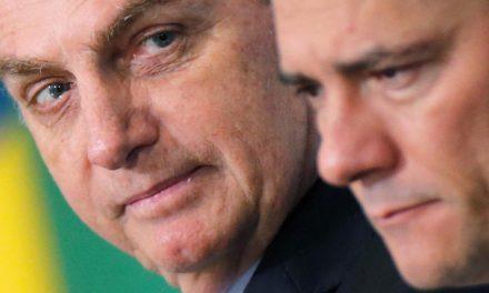 Bolsonaro posta imagem com apoio a Moro ante site em dia de denúncia sobre filho