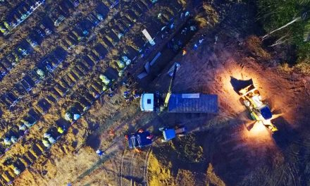Com aumento de mortes, Manaus passa a ter enterros noturnos e caixões empilhados em cemitério