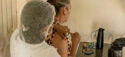 Idosos de Barcarena recebem vacinação em casa