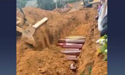 Famílias abrem caixões para ter certeza de que estão enterrando parentes em Manaus