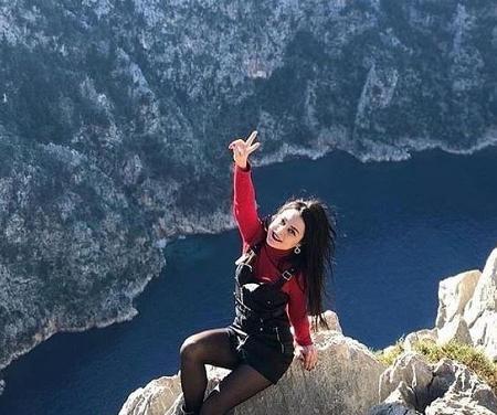Mulher morre na Turquia após cair de um penhasco enquanto posava para foto
