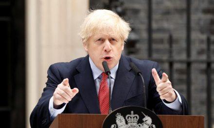 """Boris Johnson batiza o filho em homenagem a médicos que """"salvaram"""" sua vida"""