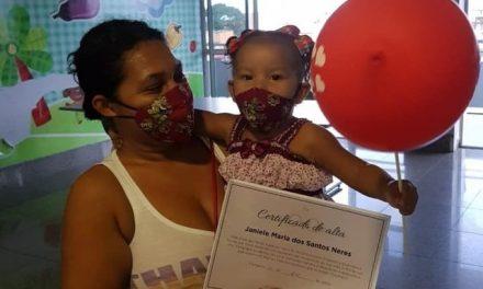 Bebê de um ano recebe alta após 25 dias internada por Covid-19 em Fortaleza