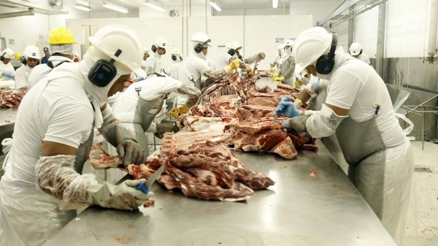 Quase 400 empregados são infectados com coronavírus em frigorífico nos EUA