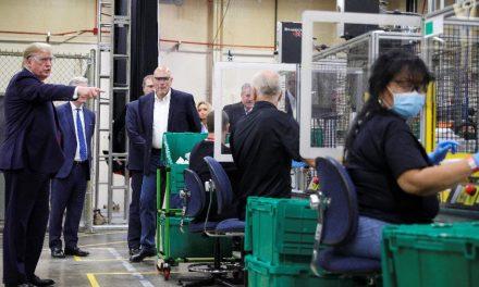 Trump visita fábrica de máscaras mas não usa o equipamento de segurança