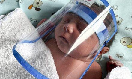 Recém-nascidos usam máscaras contra coronavírus em maternidade pública do DF
