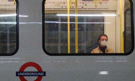 Funcionária britânica morre por coronavírus depois de levar cusparada