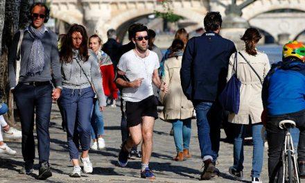 Paris proíbe bebidas no Sena após multidão comemorar fim de bloqueio