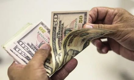 Dólar sobe e fecha a R$ 5,83 em dia de saída de Teich