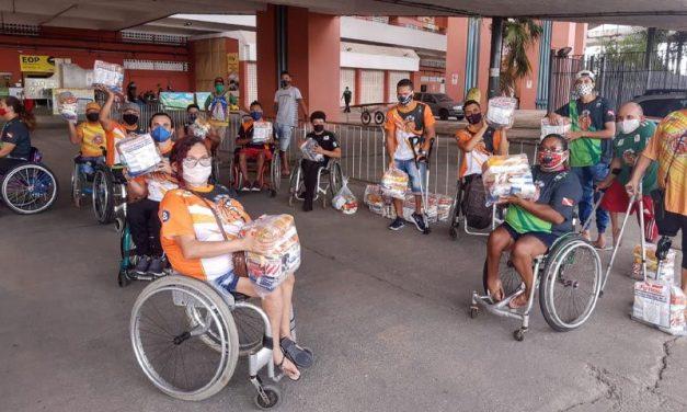 Atletas paralímpicos recebem cestas básicas no Mangueirão