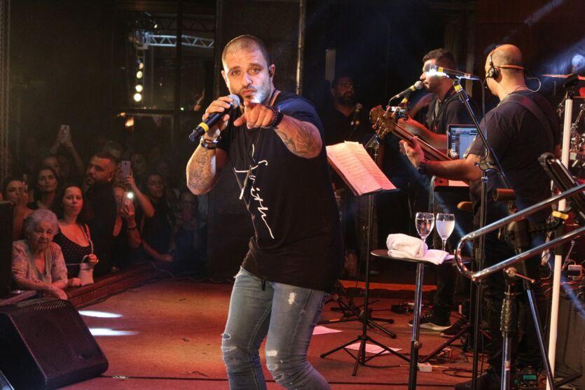 Diogo Nogueira faz live com roda de samba