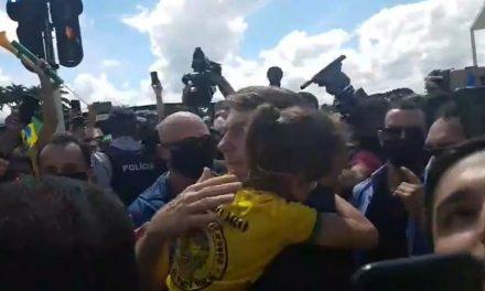 Bolsonaro vai a aglomeração em Brasília, pega criança no colo e rebate STF