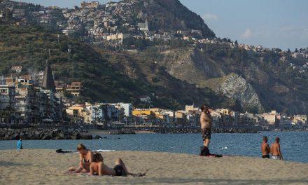 Centenas de migrantes desembarcam em praia da Sicília, na Itália