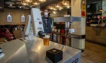 Garçom-robô na Espanha permite degustar a cerveja com distanciamento social