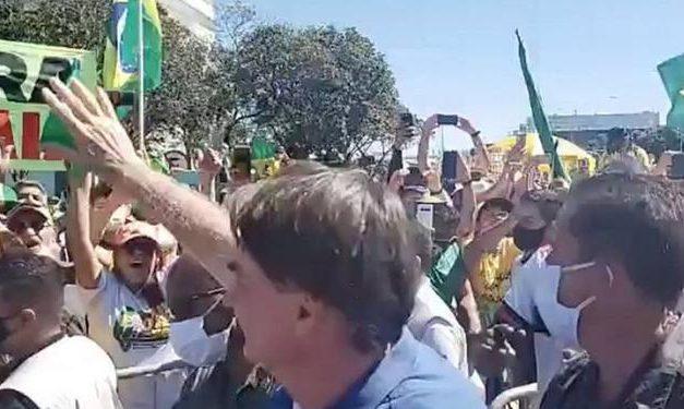 Bolsonaro vai a manifestação e cumprimenta apoiadores, que fazem críticas a STF