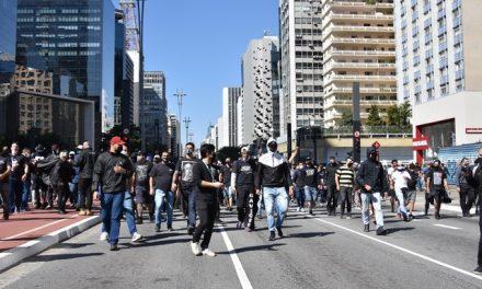 Torcedores pró-democracia entram em confronto com grupo pró-Bolsonaro e PMs na Avenida Paulista