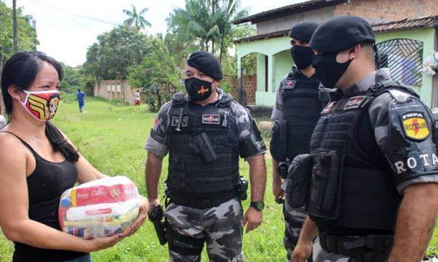 Ação realizada pela PM garante alimentos, máscaras e itens de higiene para famílias do Aurá