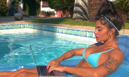 Aline Riscado posa para ensaio de moda praia via videoconferência