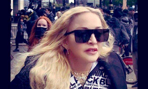 Em protesto, Madonna abraça manifestante e diz: 'tenho anticorpos, não se preocupe'