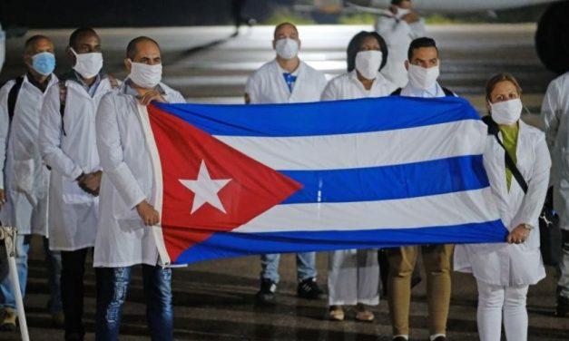 Cuba recebe como heróis médicos que retornaram de missão na Itália