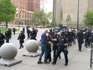 Trump sugere que idoso empurrado por policiais é antifa e fala em 'armação'