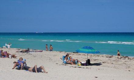 Praias de Miami reabrem após três meses fechadas pelo coronavírus