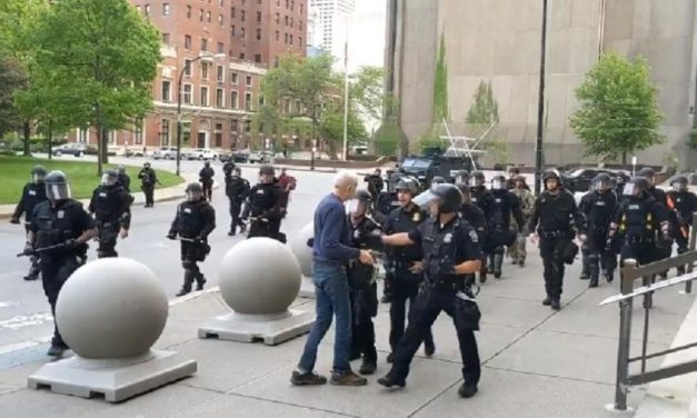 Advogado de idoso empurrado por policiais diz que ele sofreu lesão cerebral