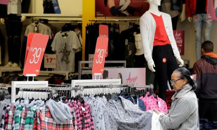 Vendas do varejo caem 16,8% em abril ante março, afirma IBGE
