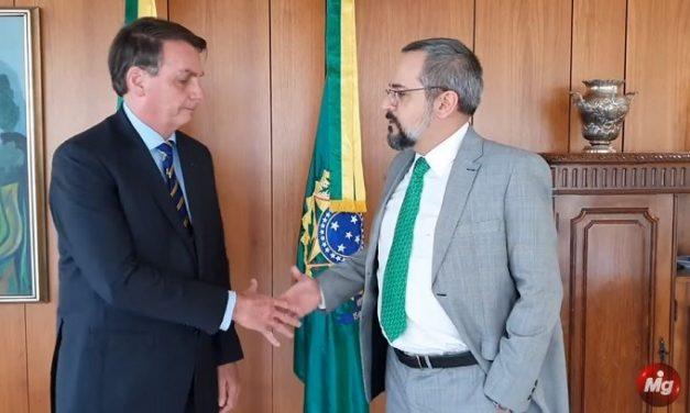 Em vídeo ao lado de Bolsonaro, ministro Abraham Weintraub, da Educação, anuncia saída do cargo
