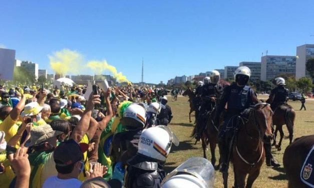 PM aciona cavalaria para isolar atos pró e contra Bolsonaro em Brasília