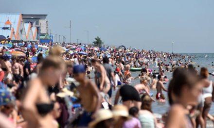 Entre onda de calor e pandemia, polícia britânica libera praias lotadas