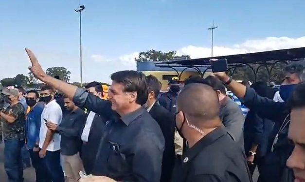 Fora da agenda, Bolsonaro vai a Araguari sem máscara e causa aglomeração