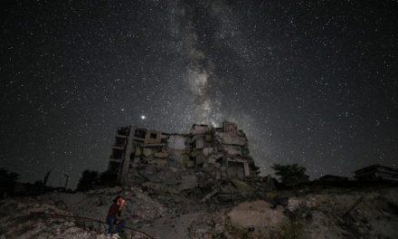 Na Síria, Via Láctea brilha sobre um oceano de escombros