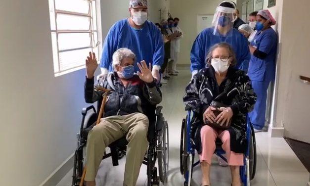 Casal de idosos que testou positivo para Covid-19 recebe alta no mesmo dia
