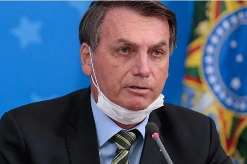 Em meio à pandemia, Bolsonaro reajusta bônus para atender militares